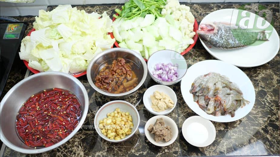 ส่วนผสมสำหรับทำแกงส้มผักรวมใส่มะละกอ กุ้งและผักบุ้ง